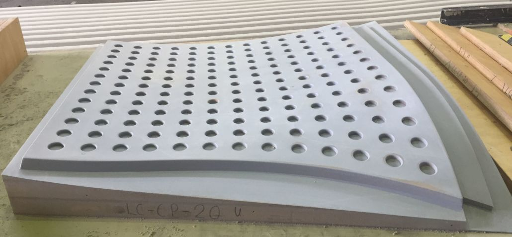 Abformschalung für ene Wandverkleidung einer U-Bahnstation mit konisch gefrästen Löchern senkrecht zur Oberfläche